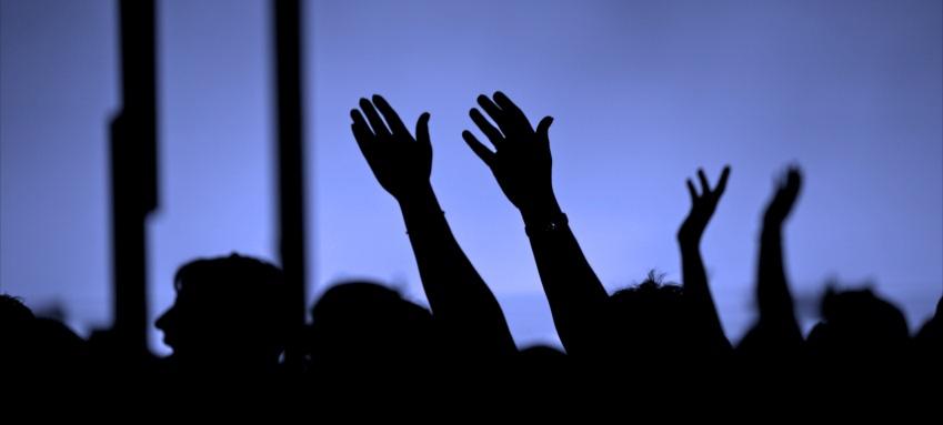 hands_in_worship_2