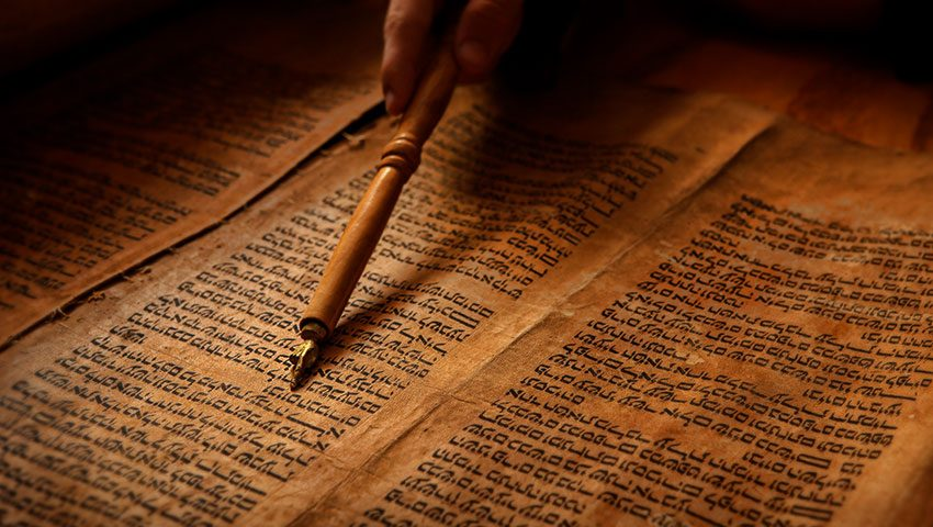 yad-pointed-at-torah-featured-850x480